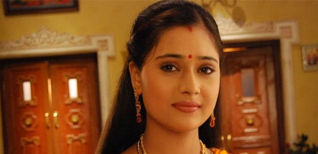 Sara Khan in rolul lui Sadhna